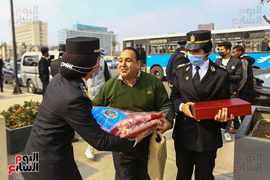 الشرطة توزع البطاطين على المواطنين (2)