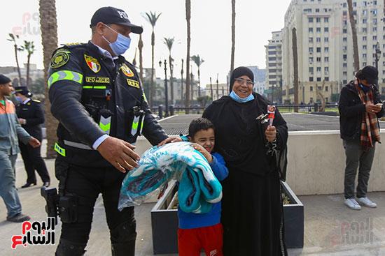 الشرطة توزع الشيكولاتة والورود والبطاطين (7)