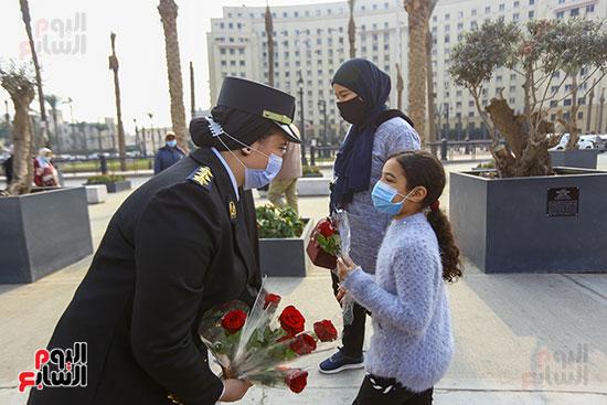 نساء الشرطة يوزعن الهدايا والشيكولاتة  على الاطفال