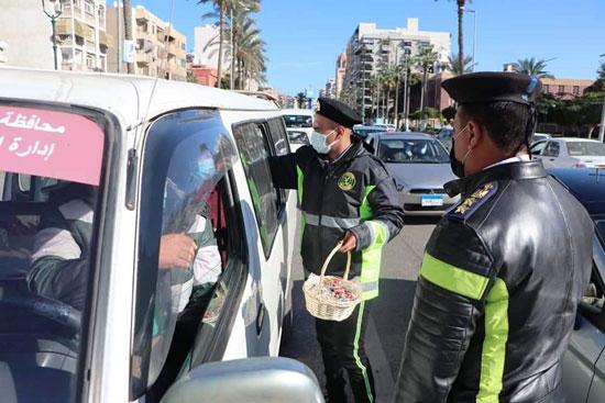 ضباط الشرطة ببورسعيد يوزعون الورود على المواطنين (4)