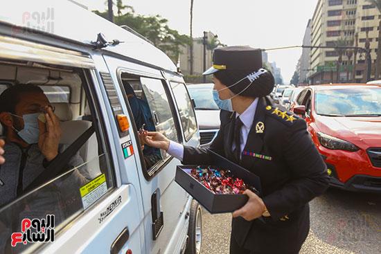 نساء الشرطة يوزعن الهدايا والشيكولاتة