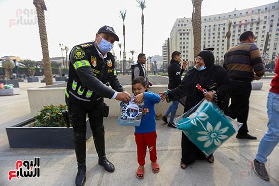 الشرطة توزع الشيكولاتة والورود والبطاطين (10)