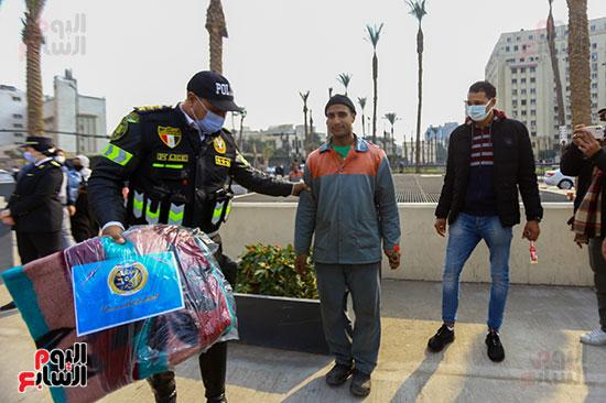 الشرطة توزع البطاطين على المواطنين