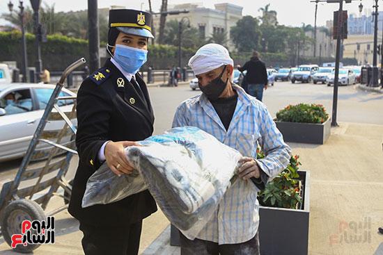 الشرطة توزع الشيكولاتة والورود والبطاطين (18)