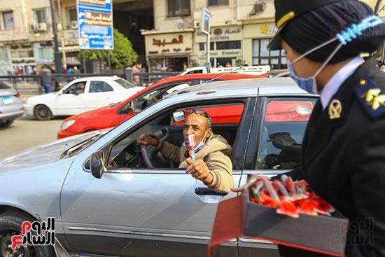 نساء الشرطة يوزعن الهدايا والشيكولاتة (10)