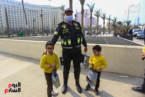 الشرطة توزع الهدايا والشيكولاتة