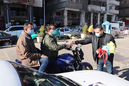 ضباط الشرطة ببورسعيد يوزعون الورود على المواطنين (7)