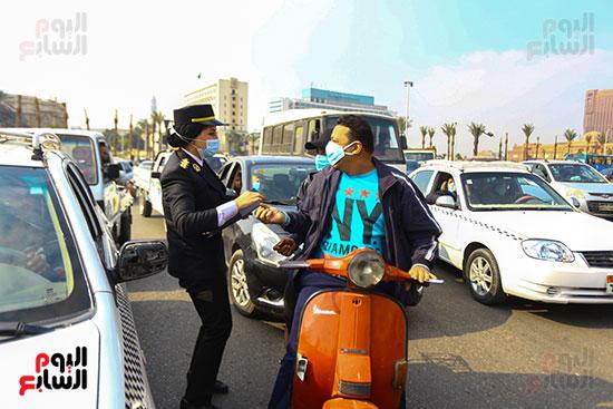 الشرطة توزع الشيكولاتة والورود والبطاطين (21)