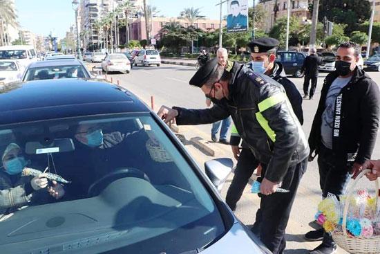 ضباط الشرطة ببورسعيد يوزعون الورود على المواطنين (6)