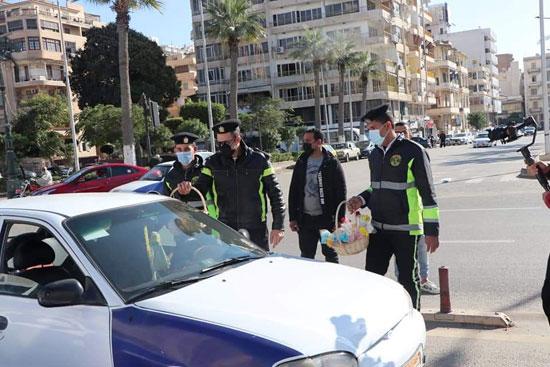 ضباط الشرطة ببورسعيد يوزعون الورود على المواطنين (10)