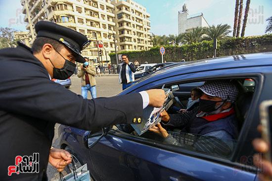 الشرطة توزع الشيكولاتة والورود والبطاطين (13)