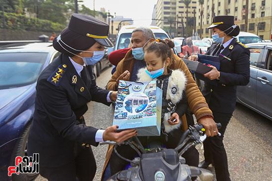 نساء الشرطة يوزعن الهدايا والشيكولاتة (4)