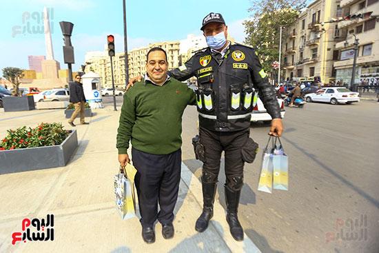الشرطة توزع الشيكولاتة والورود والبطاطين (15)