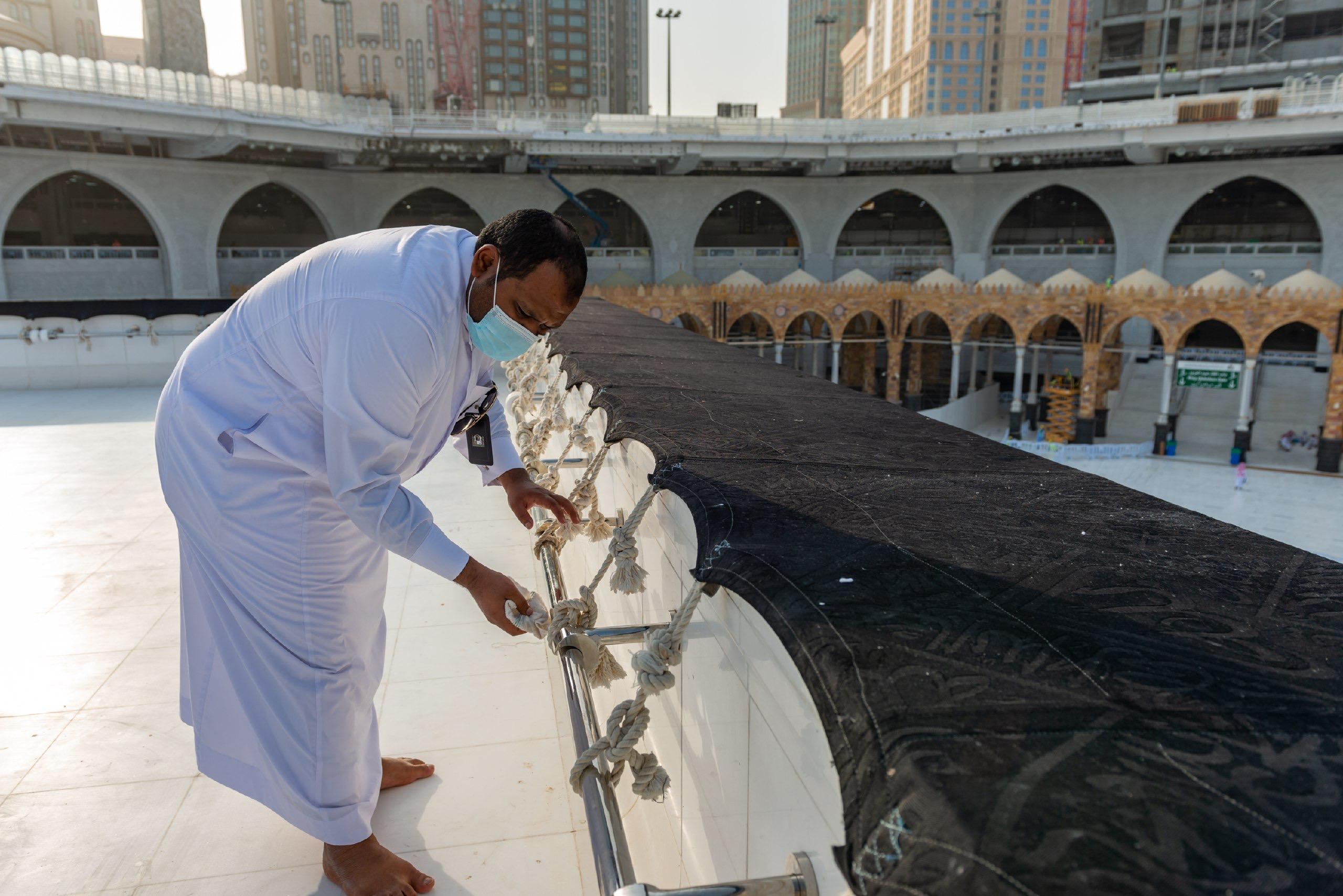 فريق سعودي مختص بتنظيف سطح الكعبة المشرفة خلال 40 دقيقة (5)