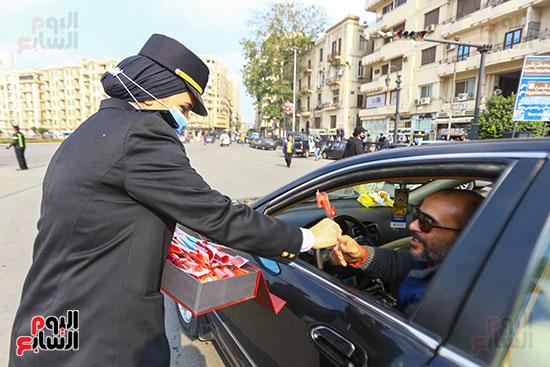 نساء الشرطة يوزعن الهدايا والشيكولاتة (3)