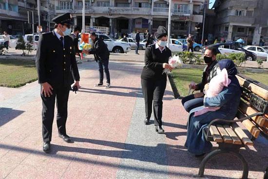 ضباط الشرطة ببورسعيد يوزعون الورود على المواطنين (9)