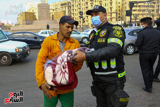 الشرطة توزع الشيكولاتة والورود والبطاطين (8)