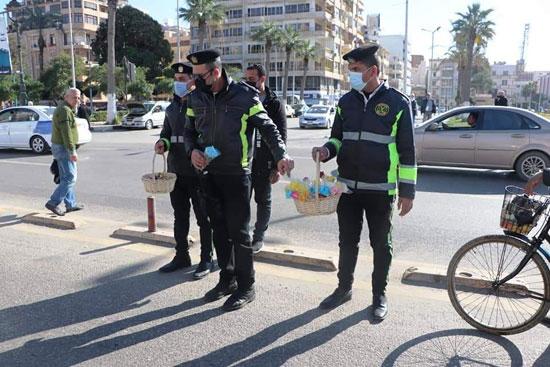 ضباط الشرطة ببورسعيد يوزعون الورود على المواطنين (8)