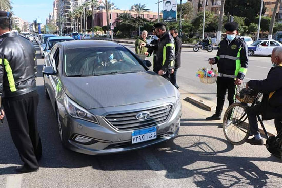 ضباط الشرطة ببورسعيد يوزعون الورود على المواطنين (1)