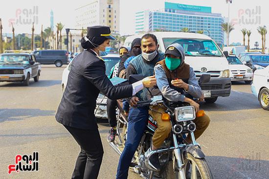 الشرطة توزع الشيكولاتة والورود والبطاطين (12)