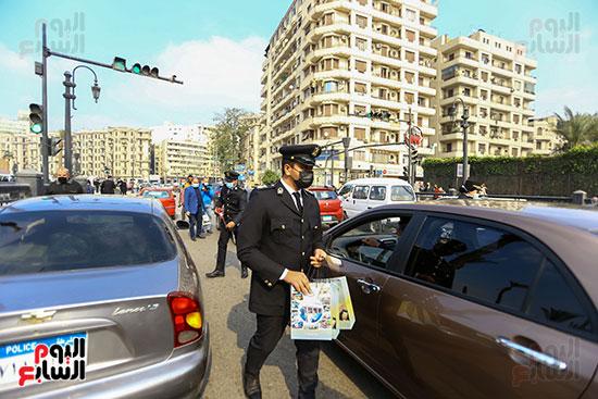 الشرطة توزع الشيكولاتة والورود والبطاطين (14)