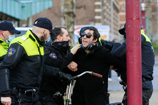 اعتقال متظاهر في هولندا