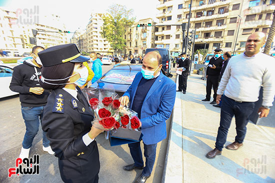 نساء الشرطة يوزعن الهدايا والشيكولاتة (2)