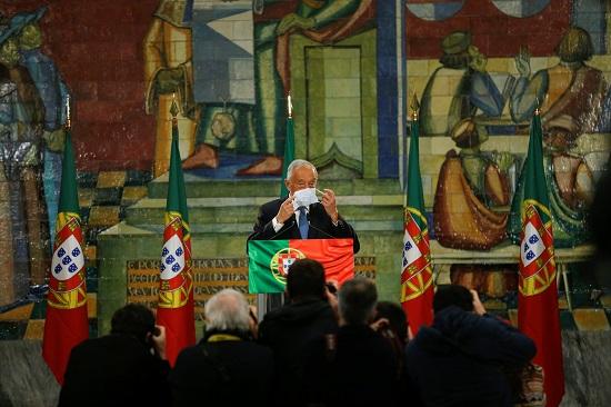 الرئيس البرتغالي يرتدي الكمامة