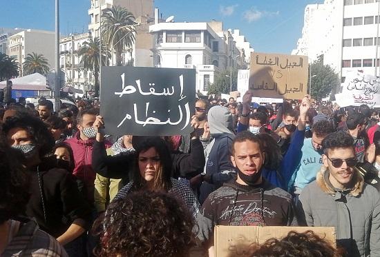 لافتات بشعار إسقاط النظام
