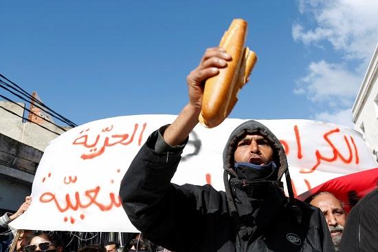شاب يحمل الخبز في التظاهر