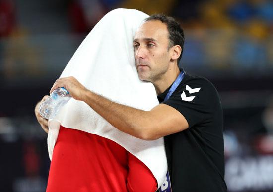 مدرب المنتخب الوطنى مع أحد لاعبى المنتخب