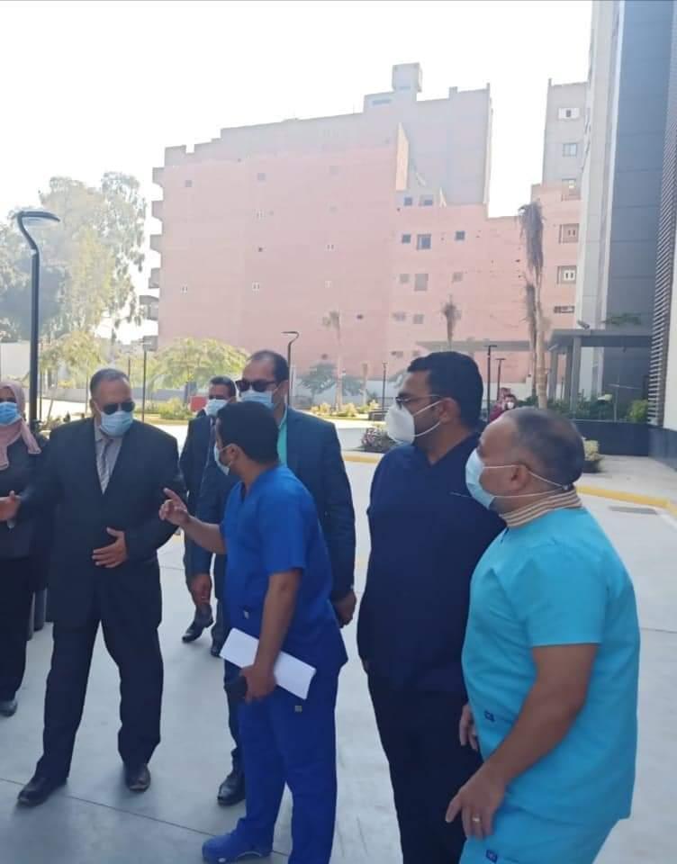 متابعات مستمرة للمستشفيات وشبكات الاكسجين والسكرتير المساعد يتفقد مستشفى أبوتيج النموذجي (4)