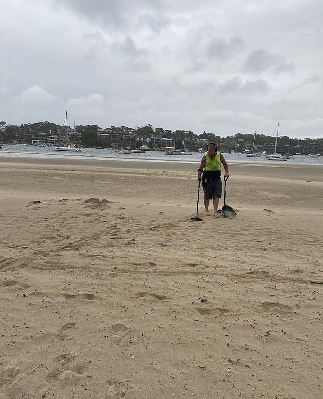 أسترالي يستأجر صائد كنوز للبحث على خاتم فقده على شاطئ (3)