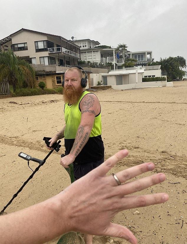 أسترالي يستأجر صائد كنوز للبحث على خاتم فقده على شاطئ (4)