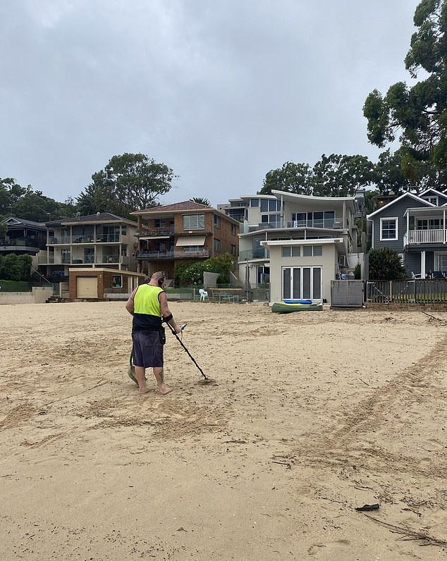 أسترالي يستأجر صائد كنوز للبحث على خاتم فقده على شاطئ (2)