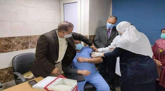 جانب-من-تطعيم-الأطباء-بلقاح-كورونا