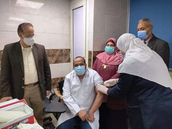 مستشفى-قها-تطعم-الأطباء-ضد-كورونا