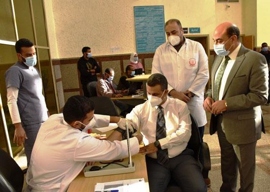 وكيل-وزارة-الصحة-أول-الحاصلين-على-اللقاح-بأسوان