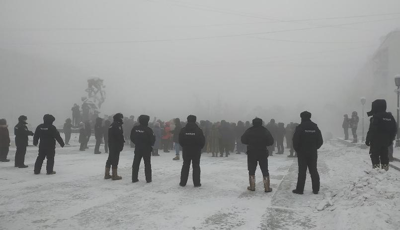 الشرطة أمام المتظاهرين