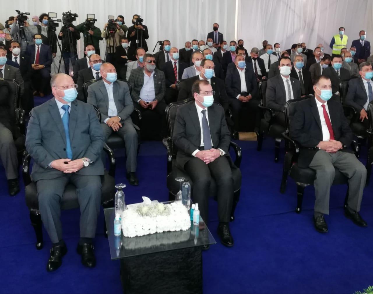 وزير البترول ومحافظ القاهرة يستمعان لشرح من رؤساء الشركات