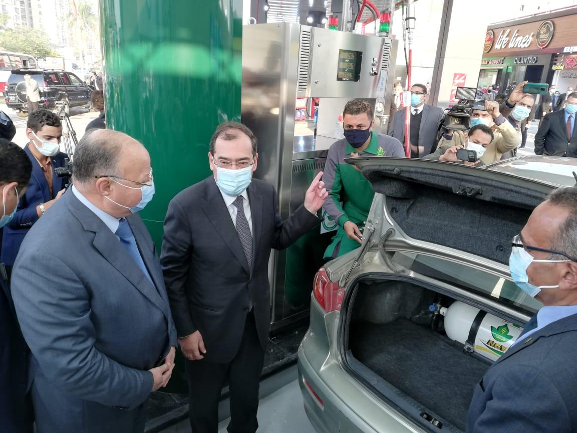 وزير البترول ومحافظ القاهرة خلال فعاليات افتتاح محطة تموين السيارات