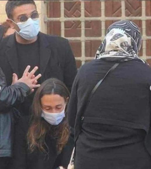 الفنان آسر ياسين يواسي زوجته كنزي عبدالله في عزاء والدتها