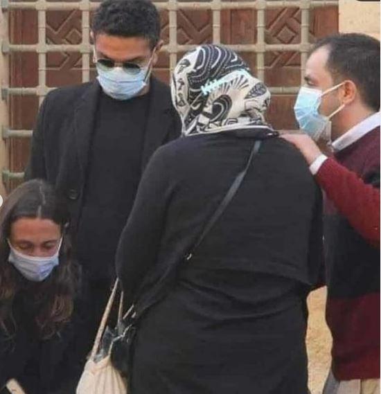 آسر ياسين وزوجته في العزاء