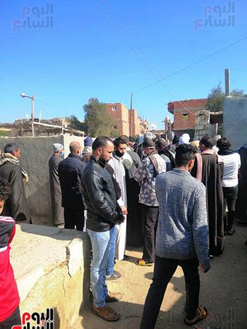 تجمع-أهالى-مركز-يوسف-الصديق-بالمقابر-لدفن-الجثمان