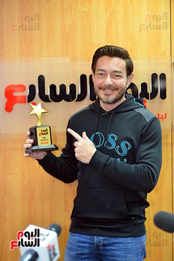 الفنان أحمد زاهر يتسلم درع تكريمه من اليوم السابع