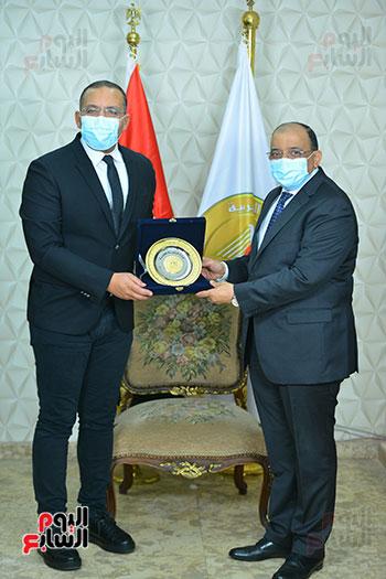 وزير التنمية المحلية يكرم خالد صلاح (4)