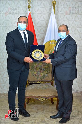 وزير التنمية المحلية يكرم خالد صلاح (3)