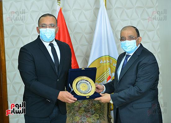 وزير التنمية المحلية يكرم خالد صلاح (2)