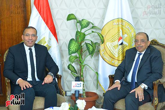 وزير التنمية المحلية يكرم خالد صلاح (1)