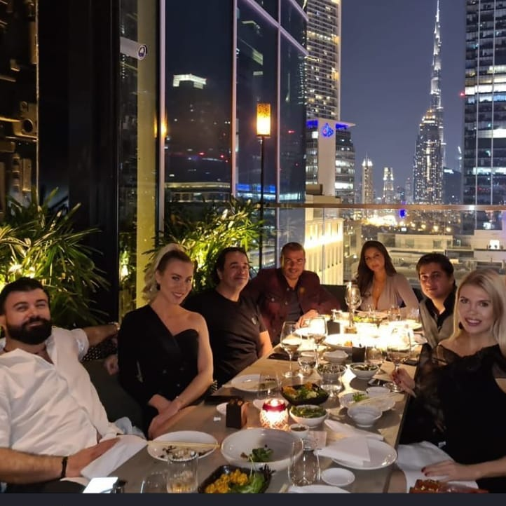 عمرو دياب بصحبة أصدقائه في دبي